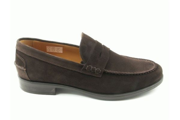 Moccasin suede rubber bottom. Classic but yet sporty.