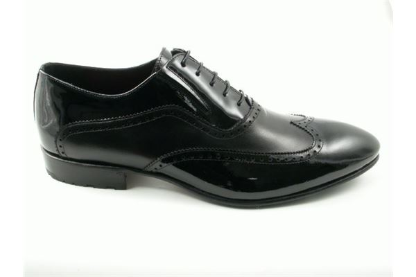 Lace made of paint and black leather with seam English-style toe and leather sole. For the man gritty and elegant.