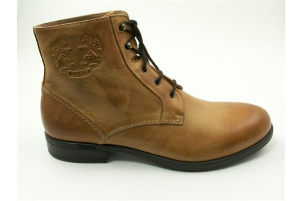 Low boot with laces, classic look with rubber bottom. For the sporty and trendy man who does not want to sacrifice comfort.