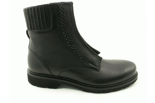 Leather low boot with laces and rubber sole. For the sporty and trendy man who does not want to sacrifice comfort.