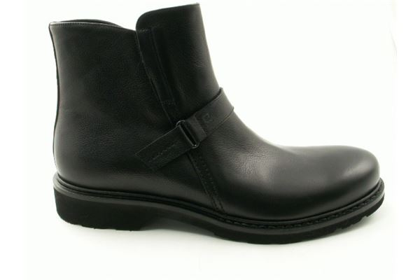 Leather low boot with rubber sole. For the sporty and trendy man who does not want to sacrifice comfort.