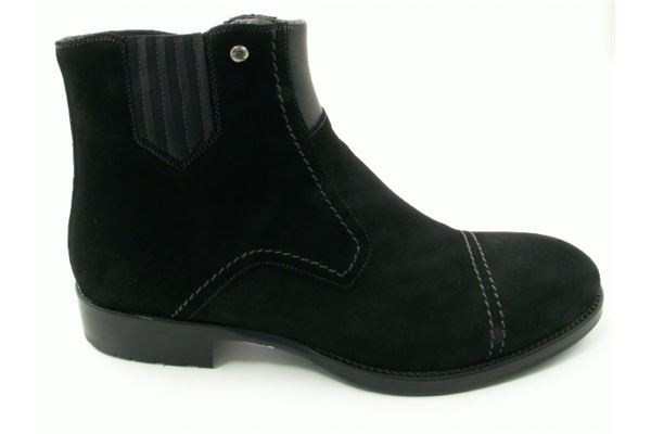 Suedelow boot with elasticand leather sole. A timeless classic.