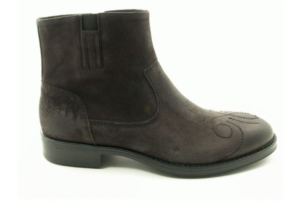 Suede low boot greased embroidered toe rubber sole. For the man who likes to stand out.