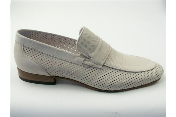 Moccasin leather with perforated leather bottom. Comfort and lightness are the qualities that characterize this shoe.