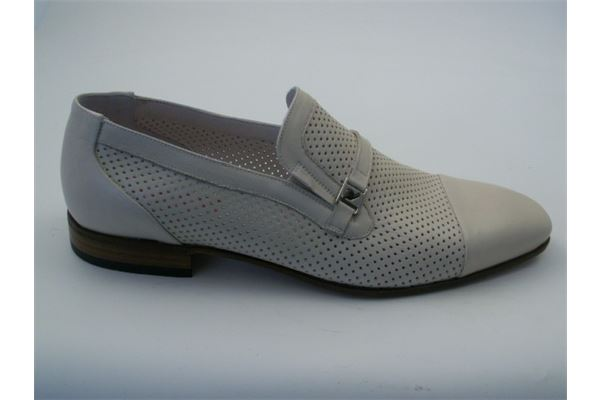 Moccasin in soft perforated leather with leather sole. A timeless classic for the man who wants to stand out.
