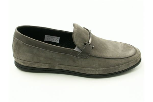 Suede moccasin with rubber sole. Ideal for a casual look but with attention to detail.
